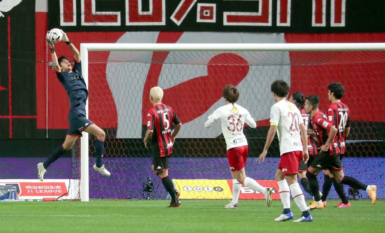 札幌対鹿島 後半、ボールをキャッチする札幌GK中野。左から3人目は鹿島FW上田(撮影・佐藤翔太)