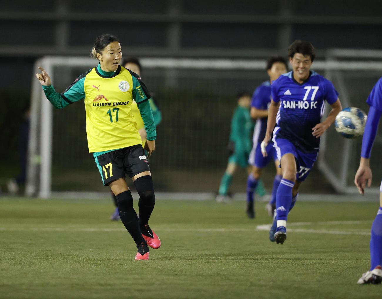 はやぶさイレブン対山王FC 後半途中出場したはやぶさイレブンFW永里(左)は前線にゴールの起点となるパスを出す(撮影・垰建太)