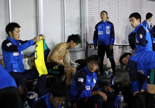 はやぶさイレブン対山王FC 試合前、チームメートと談笑するはやぶさイレブンの永里(奥)(撮影・垰建太)