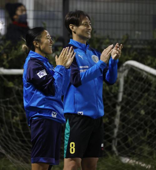 隼イレブン大山王FC隼イレブンの永里(左)は、チームのゴールに拍手(撮影垰建太)
