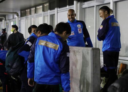 はやぶさイレブン対山王FC 試合前、チームメートと談笑するはやぶさイレブンの永里(右)(撮影・垰建太)
