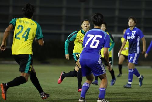 はやぶさイレブン対山王FC 後半、ボールを追いかけるはやぶさイレブンFW永里(中央)(撮影・垰建太)