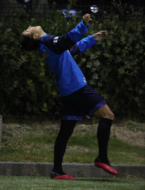 はやぶさイレブン対山王FC チームが好機を逃し思わずのけ反るはやぶさイレブンの永里(撮影・垰建太)