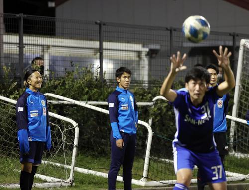 はやぶさイレブン対山王FC ベンチスタートとなったはやぶさイレブンの永里(左)は笑顔で試合を見つめる(撮影・垰建太)