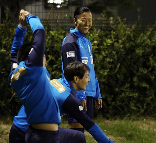 はやぶさイレブン対山王FC ベンチスタートとなったはやぶさイレブンの永里は笑顔を見せる(撮影・垰建太)