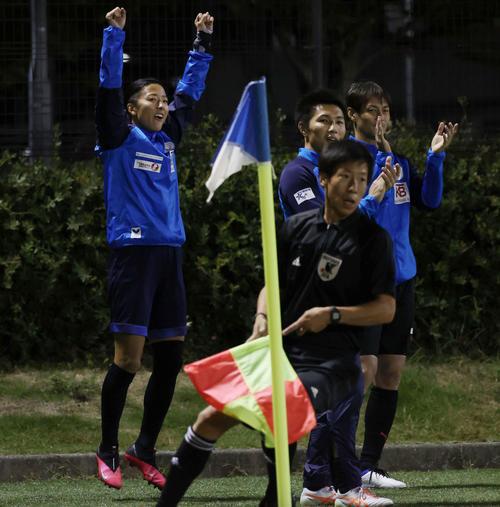 はやぶさイレブン対山王FC はやぶさイレブンの永里(左)はチームのゴールにジャンプして喜ぶ(撮影・垰建太)