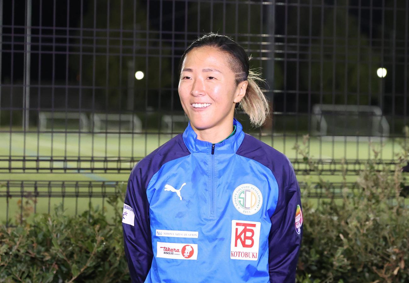 はやぶさイレブン対山王FC 試合後、笑顔で囲みに応じるはやぶさイレブンFW永里(撮影・垰建太)