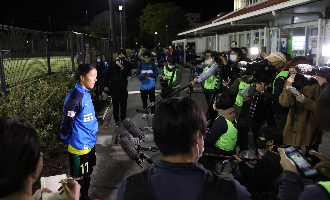 はやぶさイレブン対山王FC 試合後、囲みに応じるはやぶさイレブンFW永里優(撮影・垰建太)