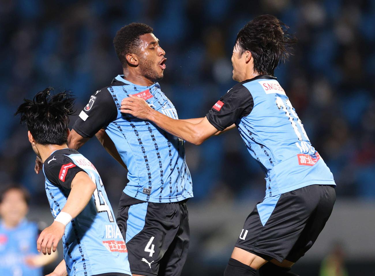 川崎F対名古屋 後半、チーム3点目のゴールをヘディングで決めた川崎F・DFジェジエウ(中央)(撮影・河野匠)