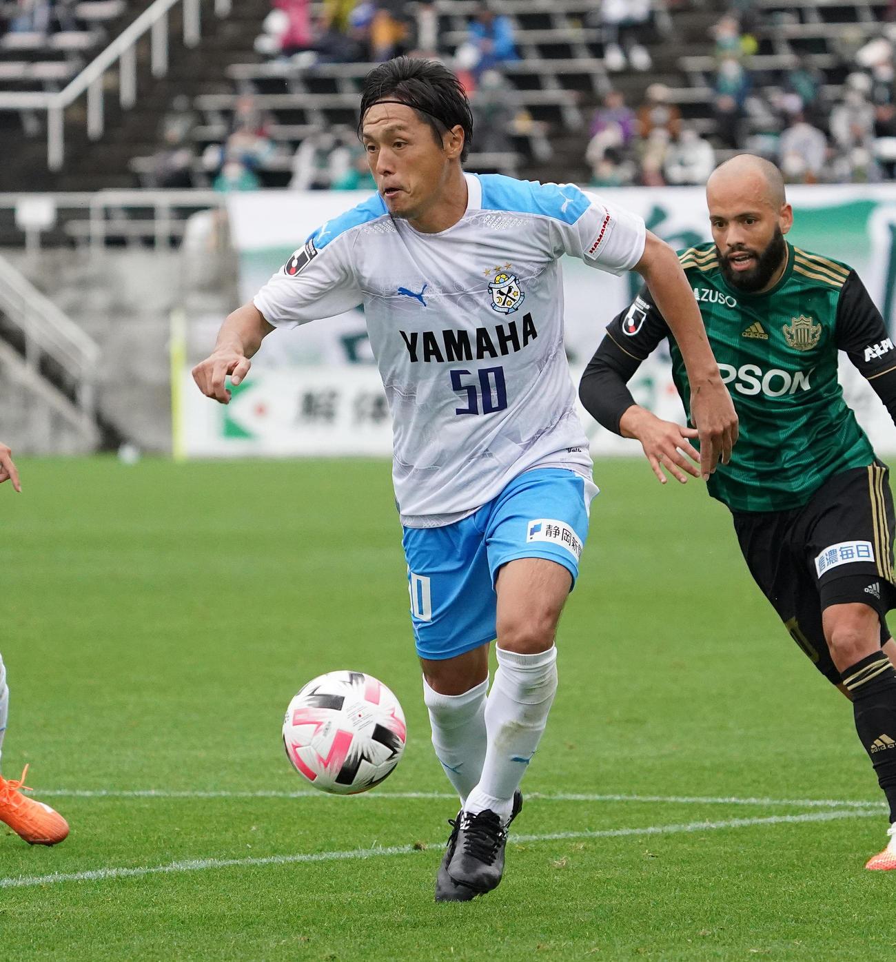 10日の松本戦でドリブル突破する磐田MF遠藤