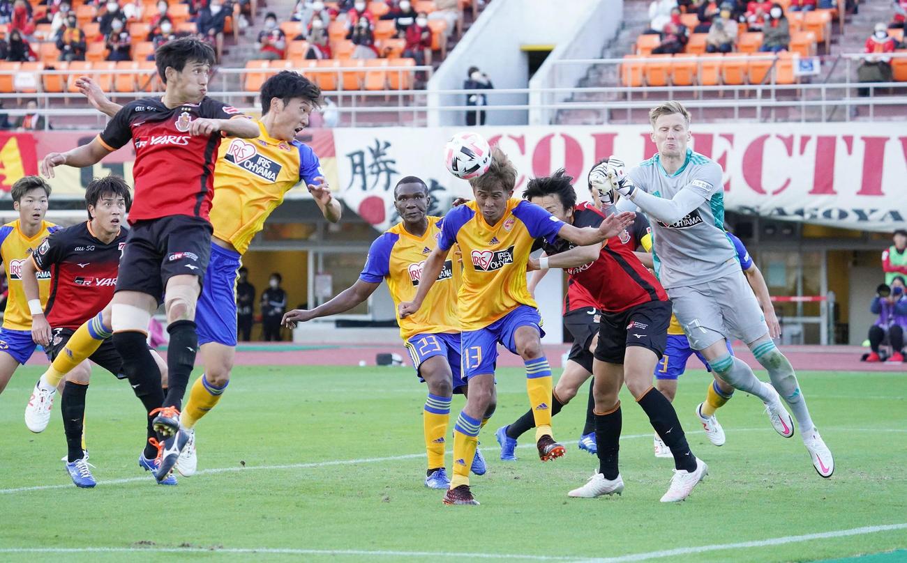 後半、相手コーナーキックのボールをヘディングでクリアする仙台DF平岡康裕(撮影・森本幸一)