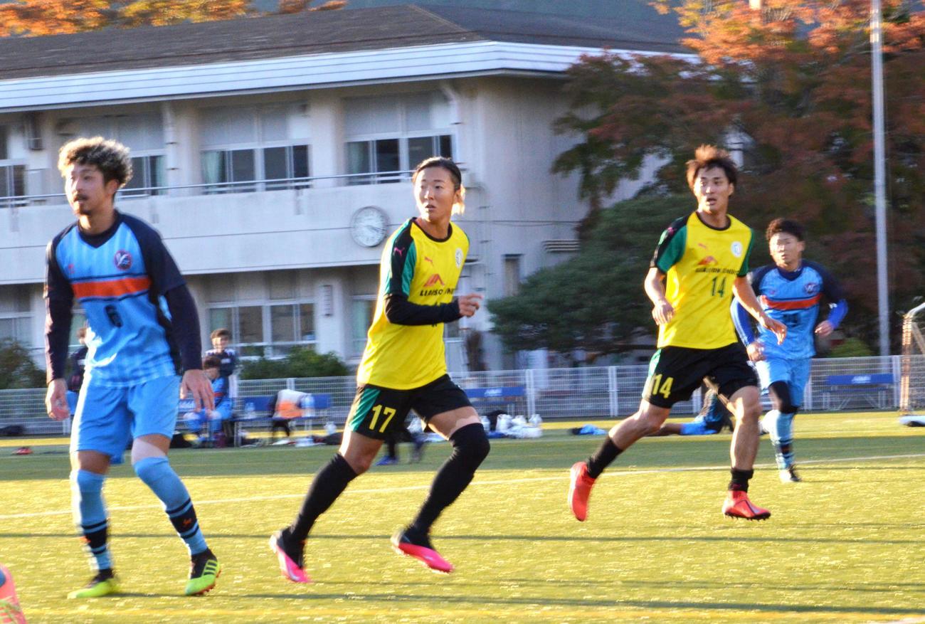 練習試合でプレーする、はやぶさイレブンのFW永里優季(左から2人目)と兄の源気(左から3人目)(撮影・松尾幸之介)