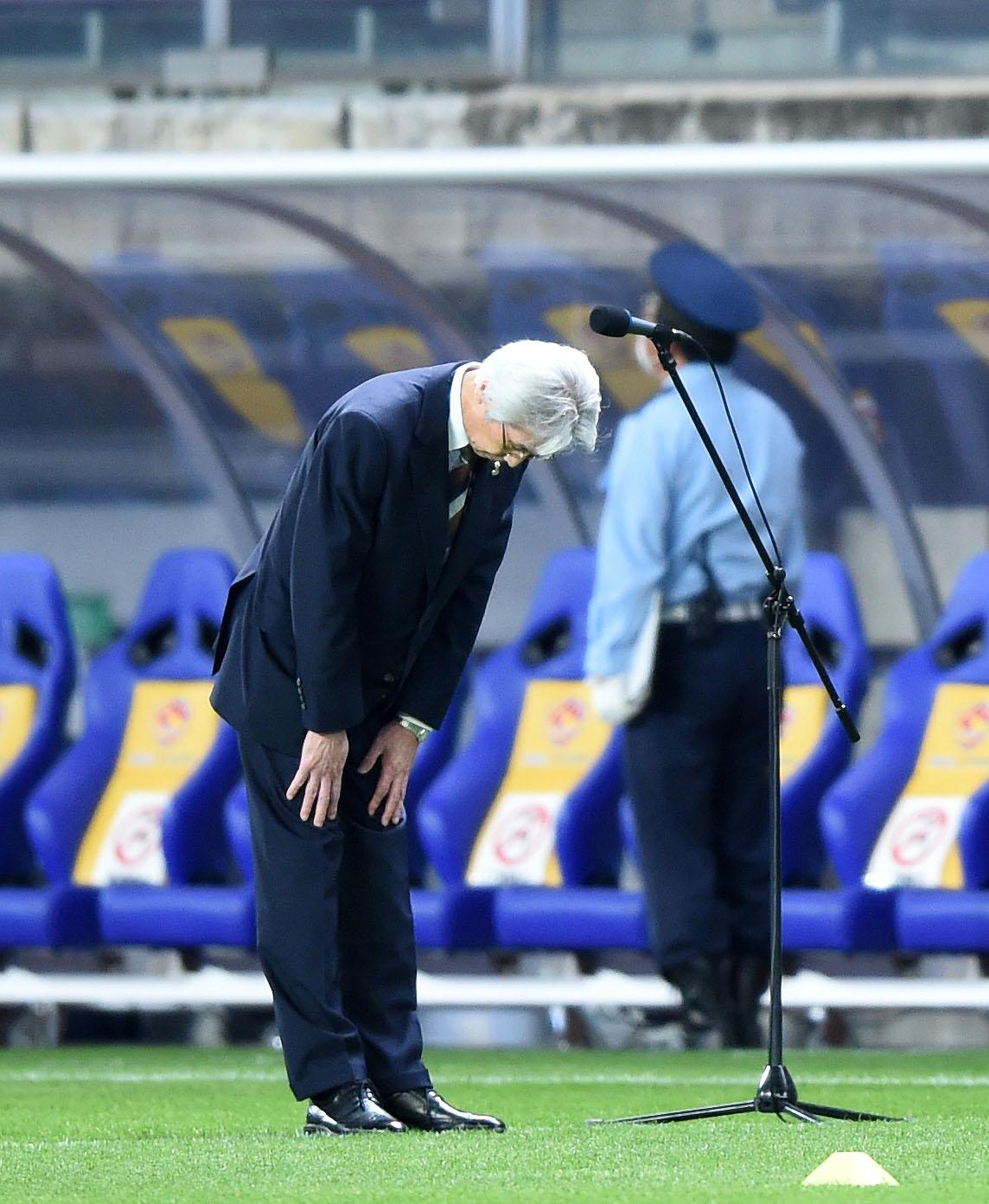 仙台対神戸 試合前、サポーターに頭を下げる仙台の菊池秀逸社長(撮影・横山健太)