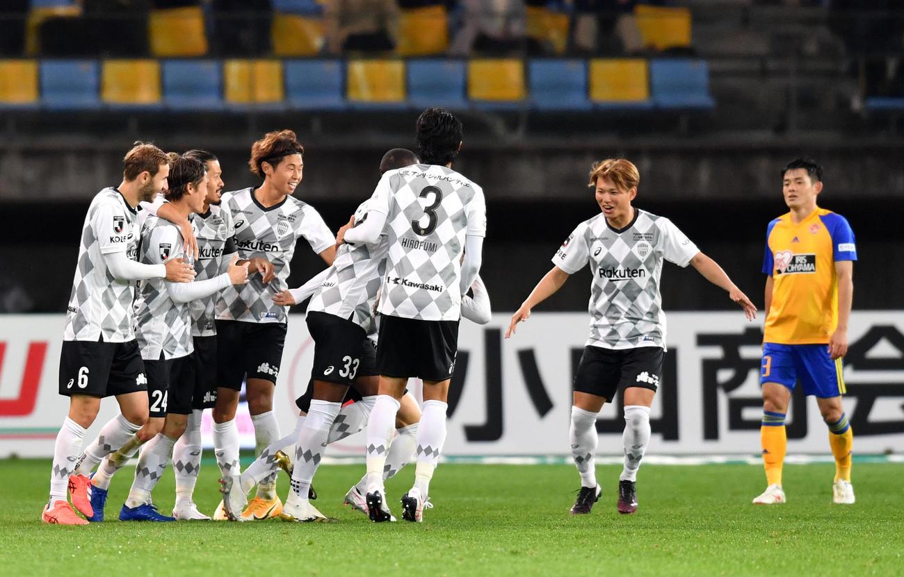 仙台対神戸 後半、FW古橋のゴールで先制し歓喜する神戸イレブン(撮影・横山健太)