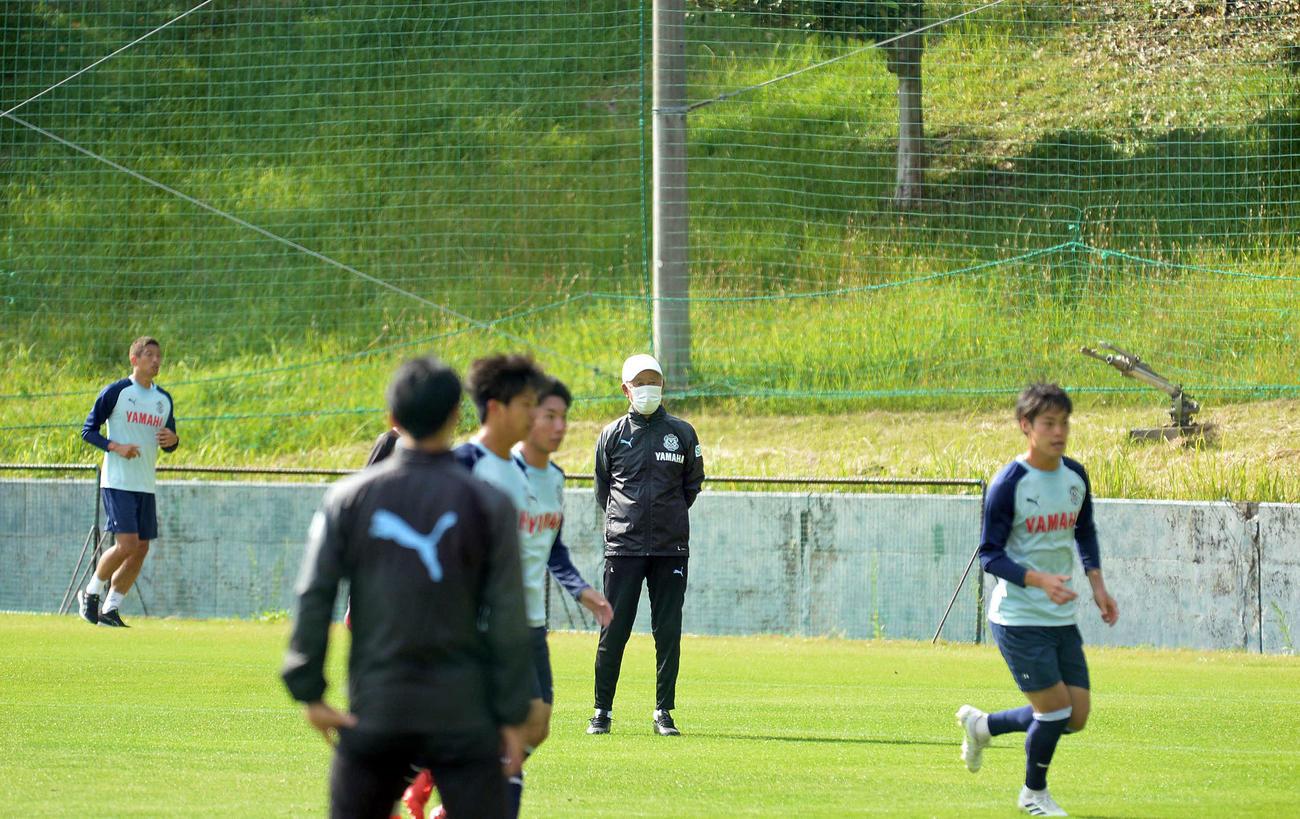 選手の動きを見守る磐田の鈴木監督(中央)