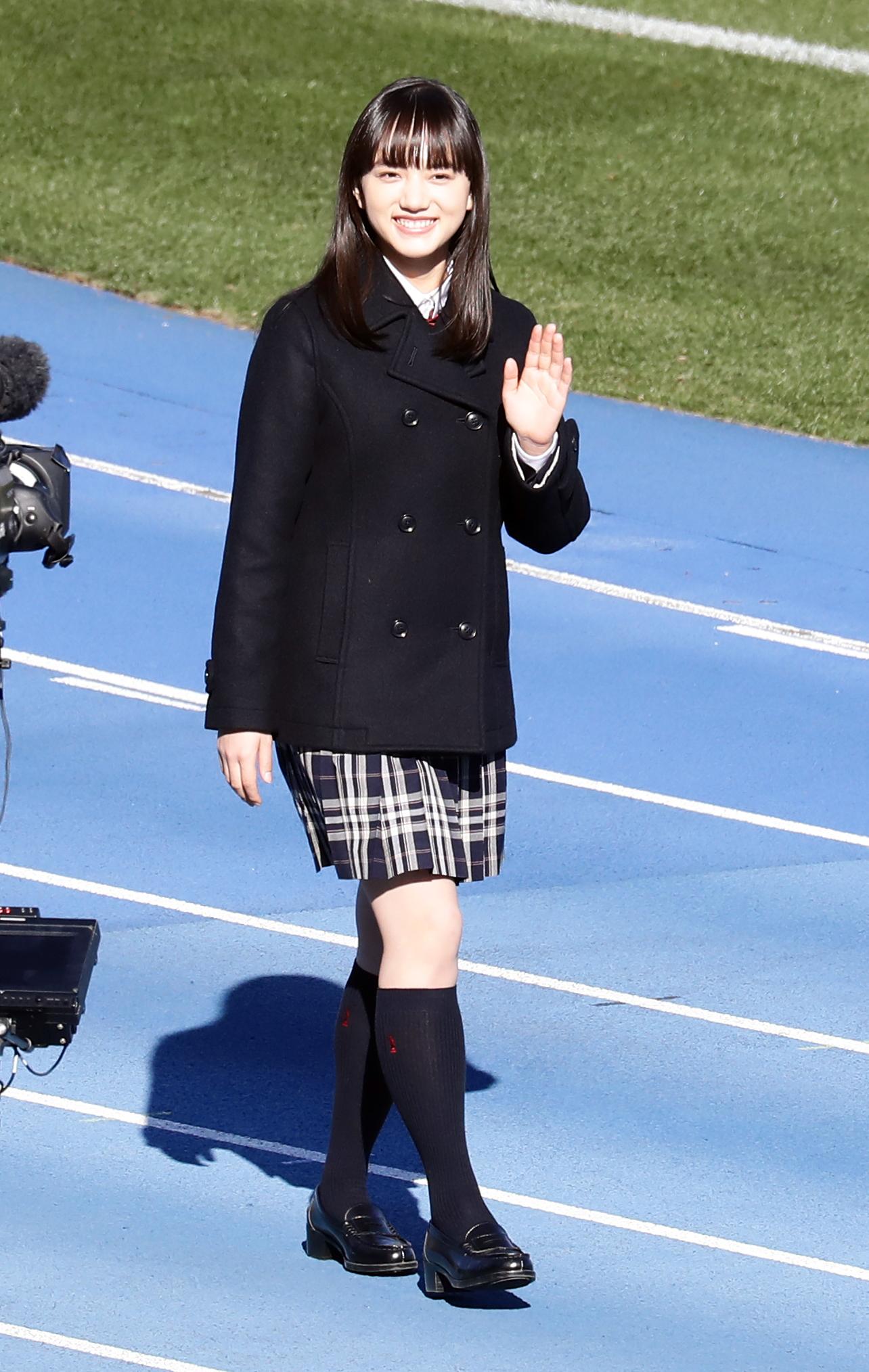 開会式で、行進する応援マネジャーの清原果耶(18年12月30日)