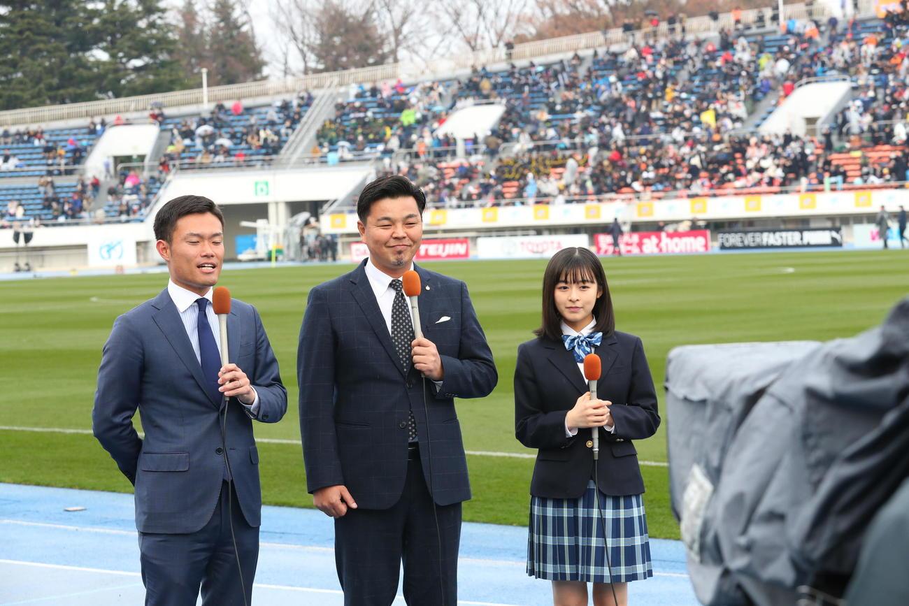 全国高校サッカー開会式 応援マネジャーの森七菜(右)(19年12月30日)