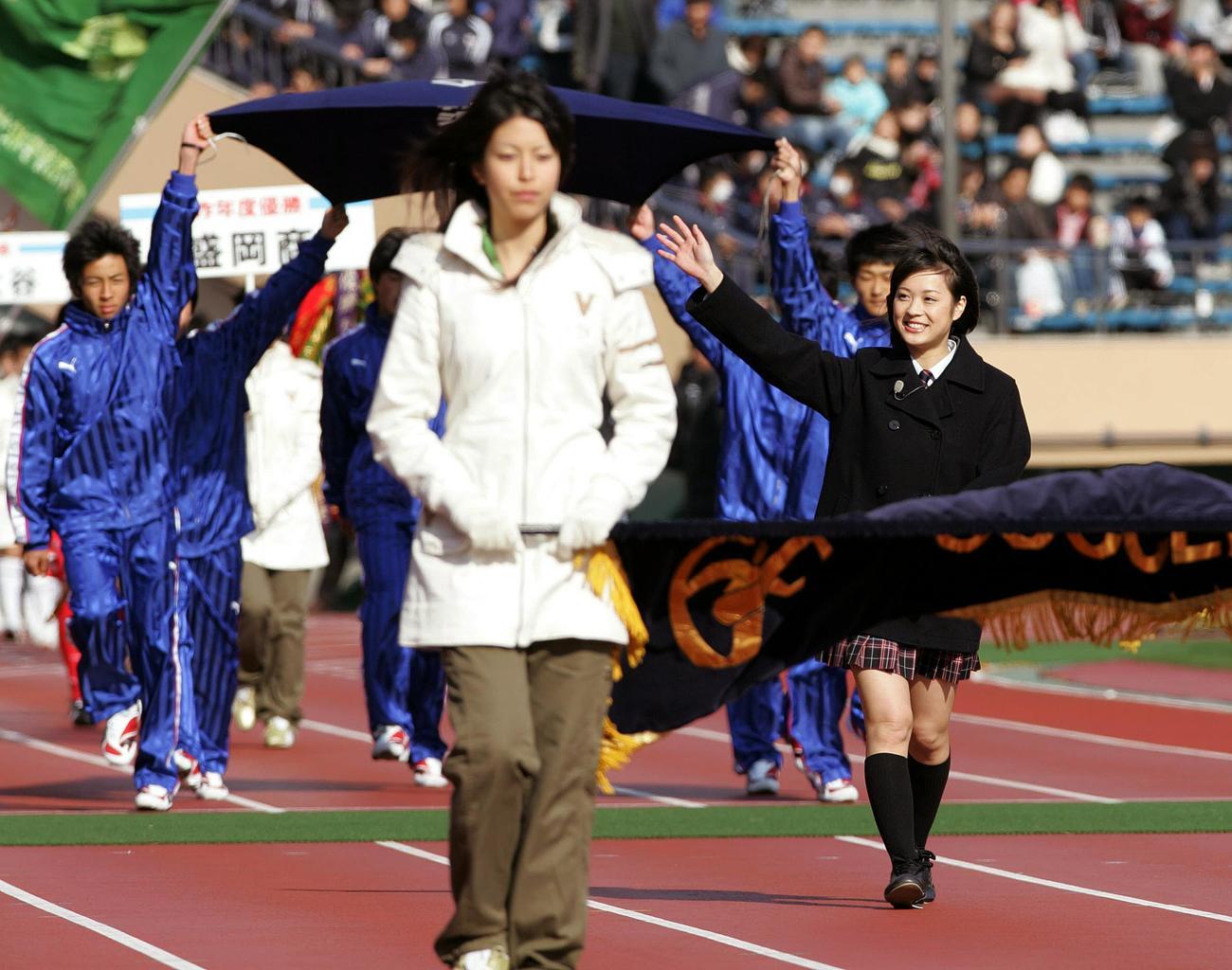 大会の3代目マネジャーとして入場行進する北乃きい(右端)(07年12月30日)