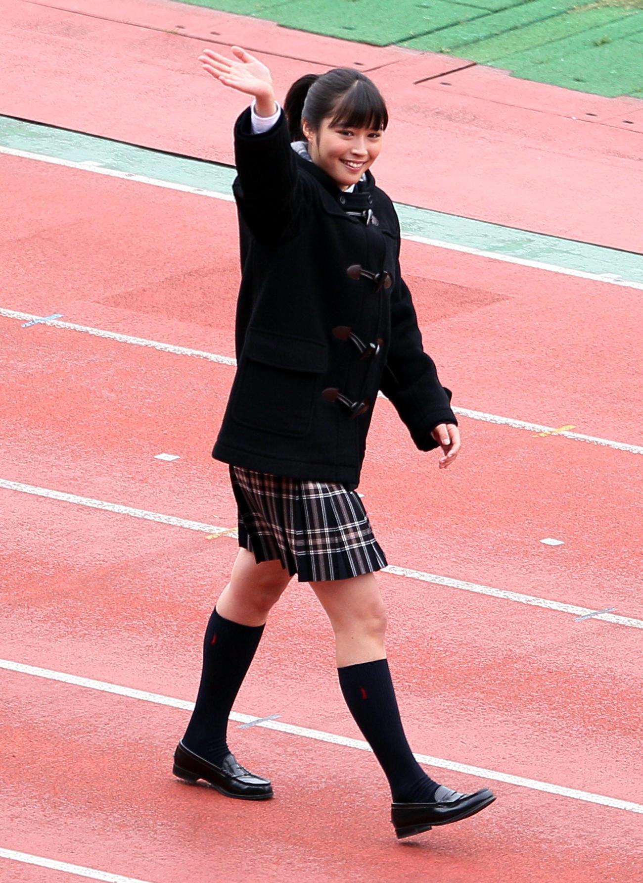第89回全国高校選手権開会式で客席に手を振る応援マネジャーの広瀬アリス(10年12月30日)