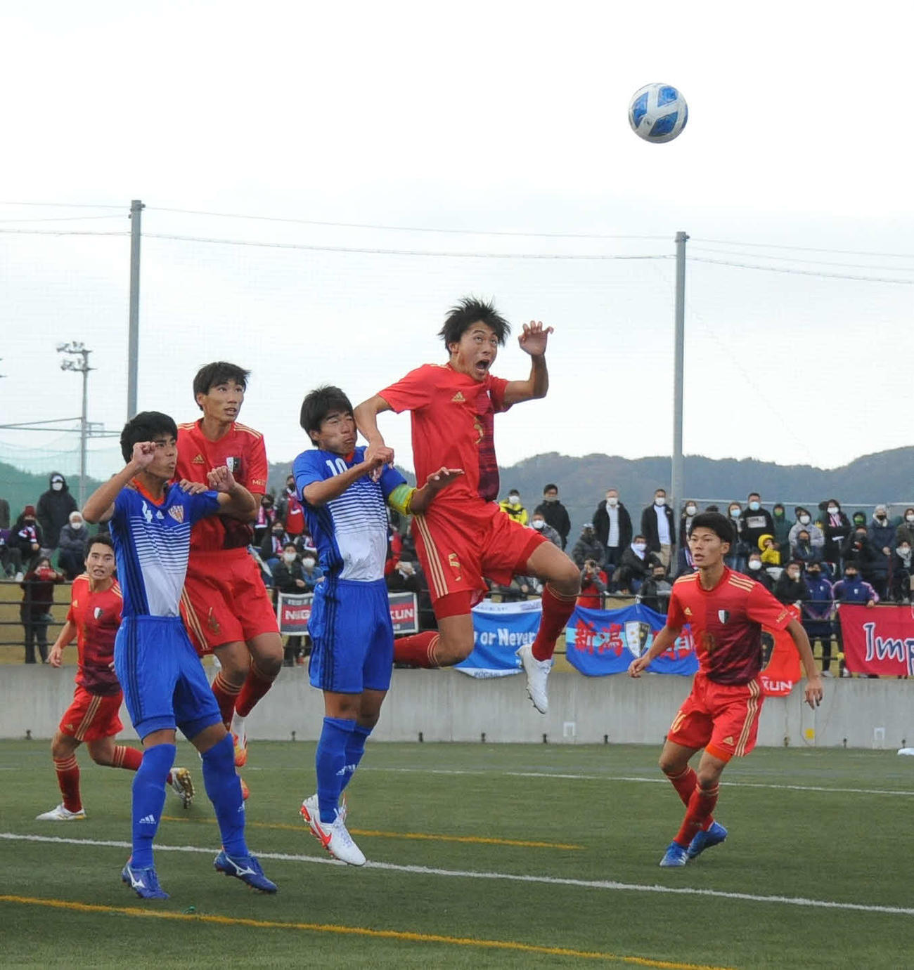後半13分、得意のヘディングで先制ゴールを決める新潟明訓・竹内主将(右から2人目)