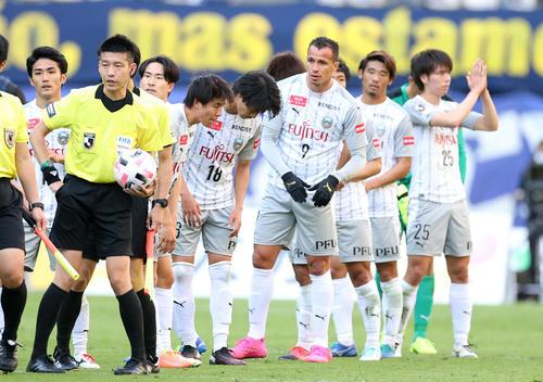 大分対川崎F 試合に敗れ、サポーターにあいさつする川崎Fの選手たち(撮影・狩俣裕三)