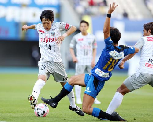 大分対川崎F 前ボールを追いかける川崎F・MF中村(左)(撮影・狩俣裕三)