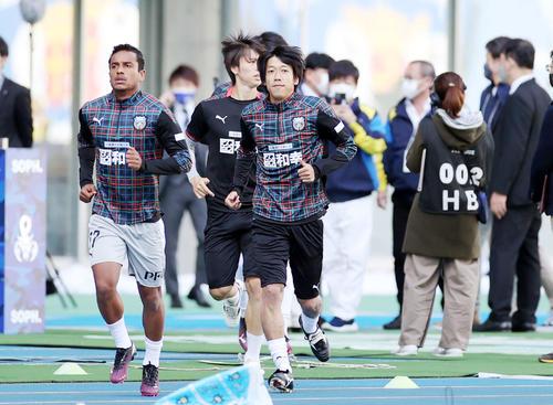 大分対川崎F 試合前、ピッチに登場する川崎F・MF中村(撮影・狩俣裕三)