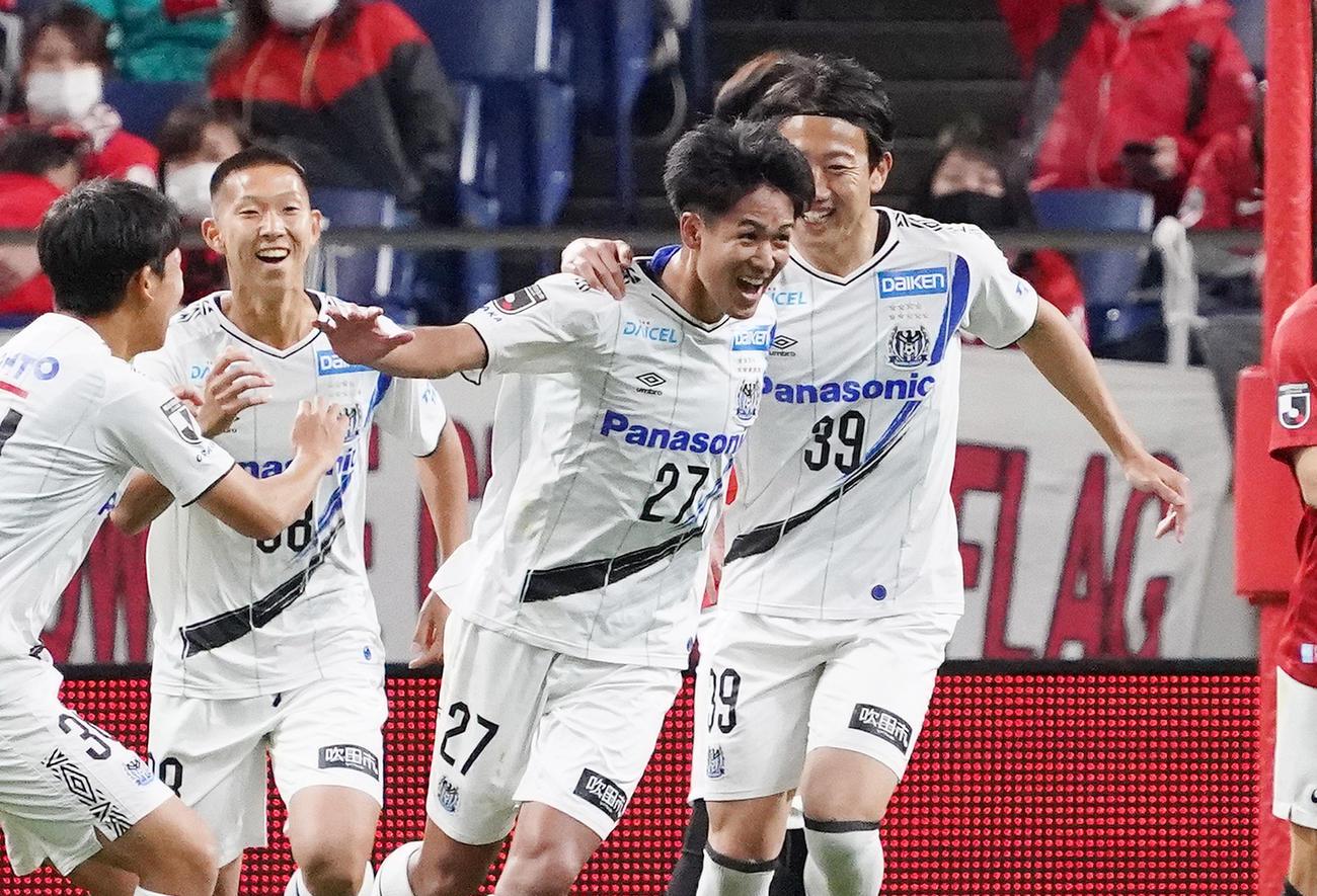 浦和対G大阪 後半、勝ち越しのゴールを決めるG大阪DF高尾(右から2人目)(撮影・菅敏)