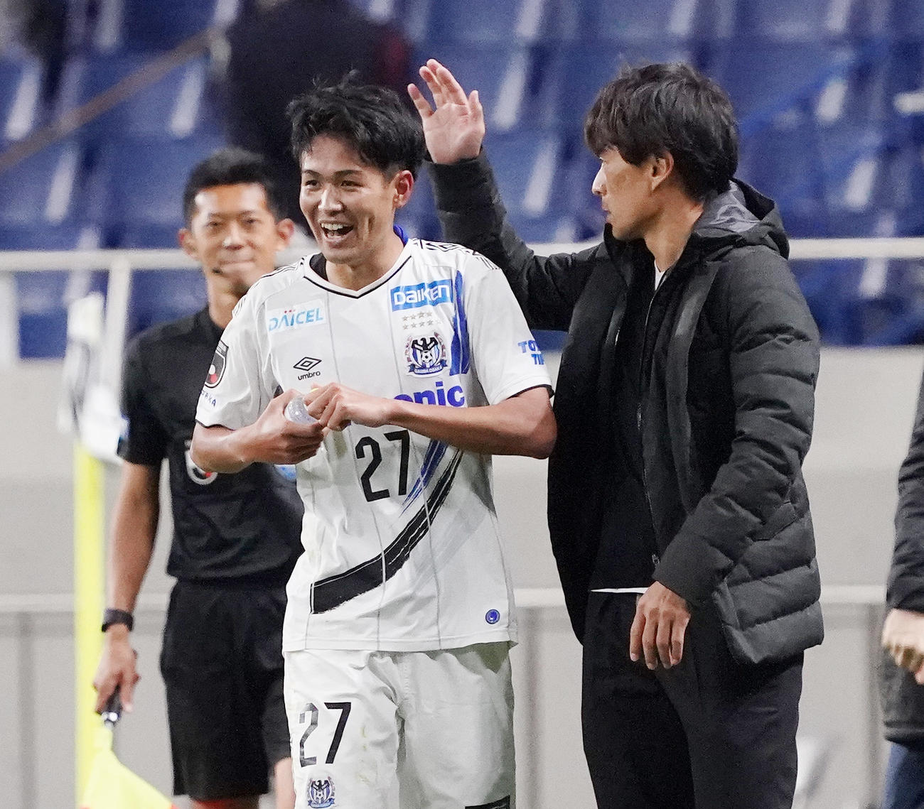 浦和対G大阪 後半、勝ち越しのゴールを決め、宮本監督(右)に祝福されるG大阪DF高尾(撮影・菅敏)