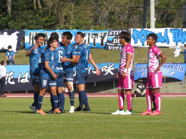 JFL昇格を決めて喜ぶFC TIANO枚方の選手たち。右は栃木シティFCの選手。