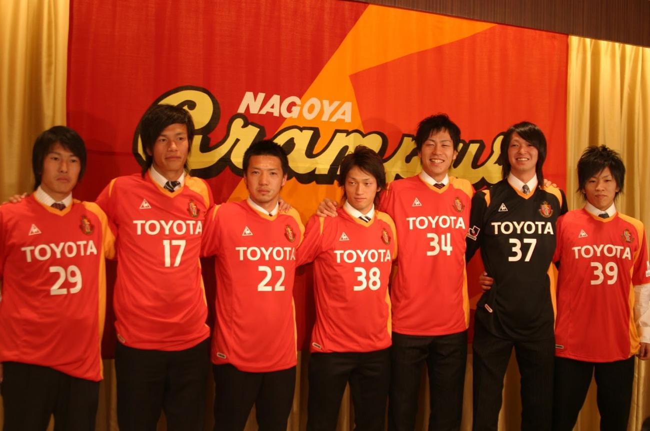 2007年の名古屋グランパス新人選手。左から小川佳準、巻佑樹、筑城和人、新川織部、吉田麻也、長谷川徹、福島新太