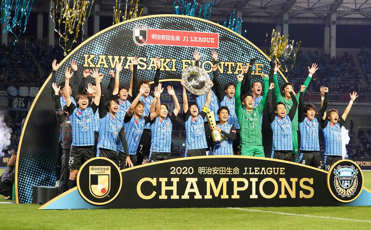 川崎F対G大阪 優勝し歓喜する川崎Fイレブン。中央はシャーレを掲げるMF中村(撮影・江口和貴)