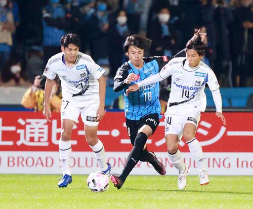 川崎F対G大阪 前半、G大阪MF福田(右)と競り合う川崎F・MF三笘(撮影・江口和貴)