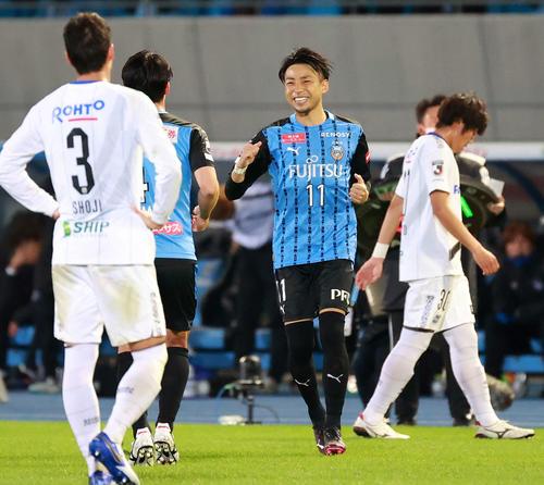 川崎F対G大阪 後半、交代する川崎F・MF家長(左)に笑顔を見せるFW小林(撮影・江口和貴)