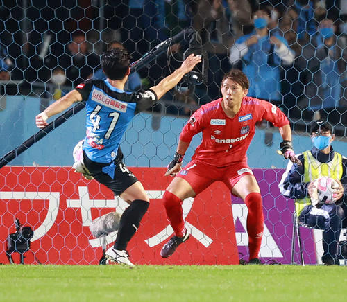 川崎F対G大阪 前半、ゴールを決める川崎F・MF家長(撮影・江口和貴)