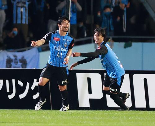 川崎F対G大阪 前半、ゴールを決め歓喜する川崎F・MF家長(左)。右は同MF三笘(撮影・江口和貴)