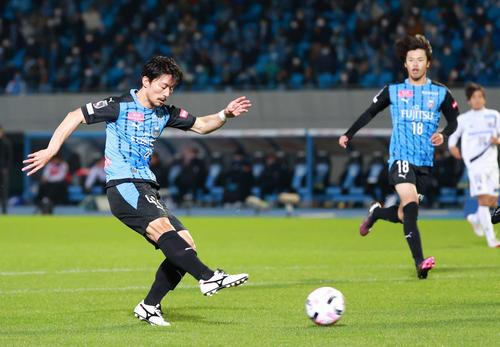 川崎F対G大阪 後半、この日、自身2点目となるゴールを決める川崎F・MF家長(撮影・江口和貴)