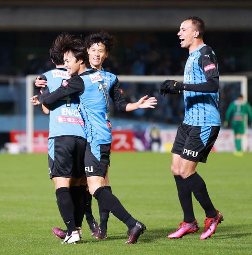 川崎F対G大阪 後半、ゴールを決めた川崎F・MF家長(左端)を祝福するMF三笘(左から2人目)ら(撮影・江口和貴)