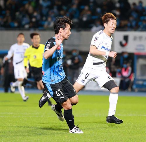 川崎F対G大阪 後半、ゴールを決めハットトリックを達成する川崎F・MF家長(撮影・江口和貴)