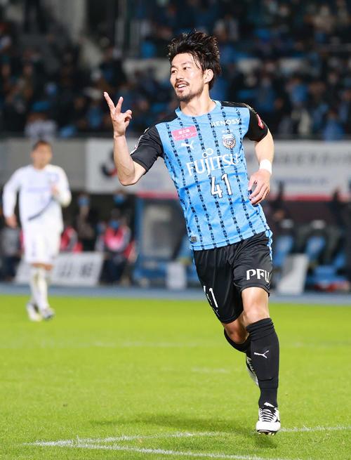 川崎F対G大阪 後半、ゴールを決めハットトリックとし「3」ポーズの川崎F・MF家長(撮影・江口和貴)