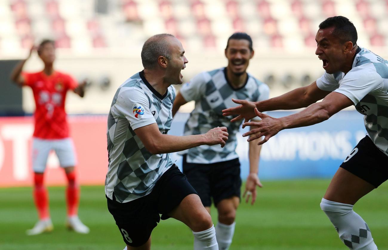 広州広大戦の後半、ゴールを決めて喜ぶ神戸MFイニエスタ(左)(ロイター)