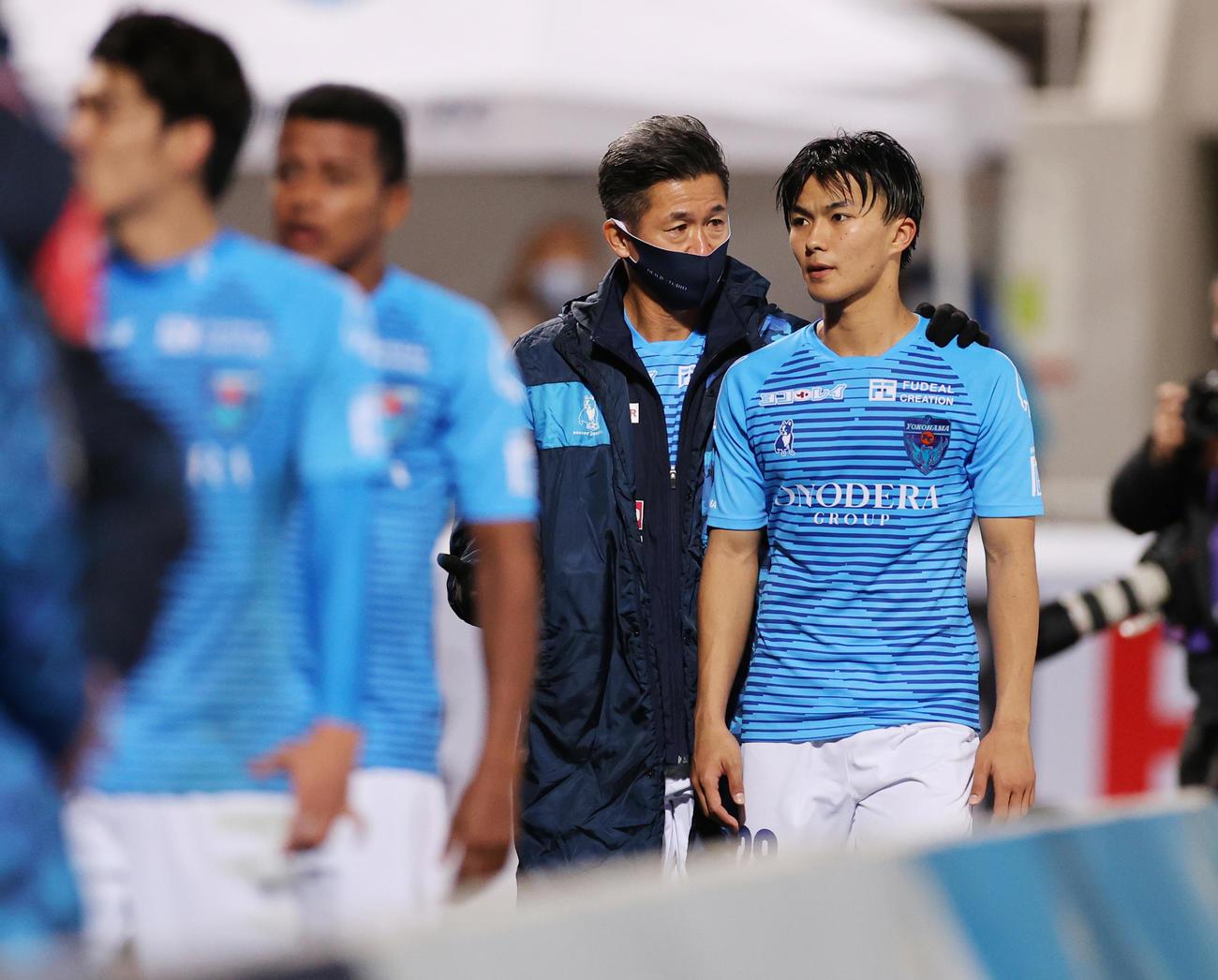 横浜FC対清水 試合後にMF安永(右)と話しながら場内1周する横浜FC・FWカズ(撮影・野上伸悟)