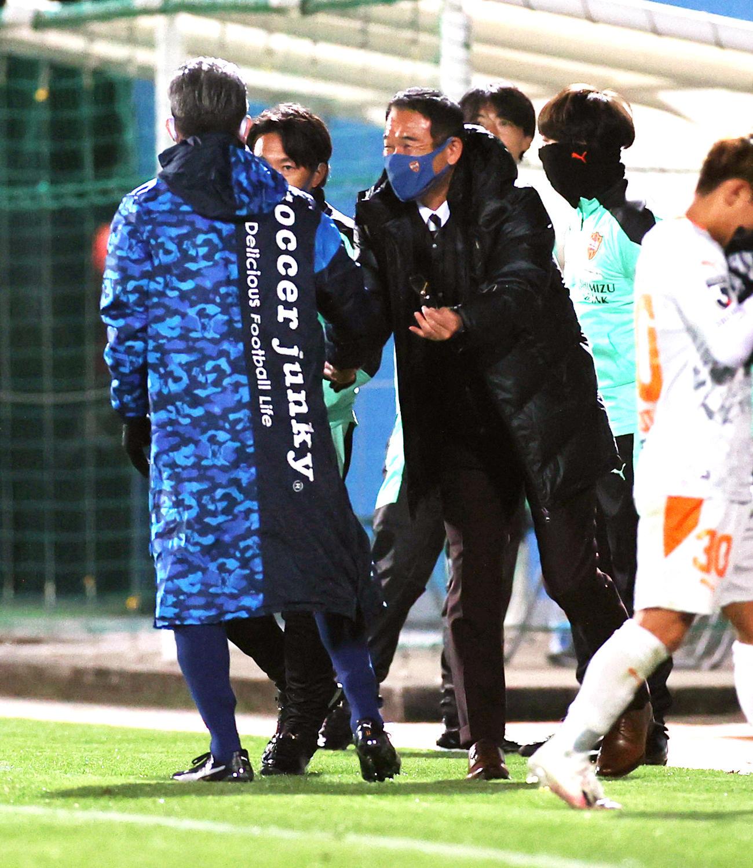 横浜FC対清水 試合後に横浜FC・FWカズ(左)と握手する清水平岡監督(撮影・野上伸悟)