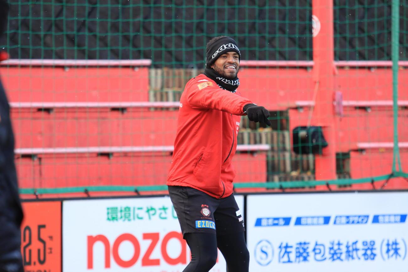 練習中、チームメートに呼びかける札幌FWアンデルソン・ロペス(撮影・保坂果那)