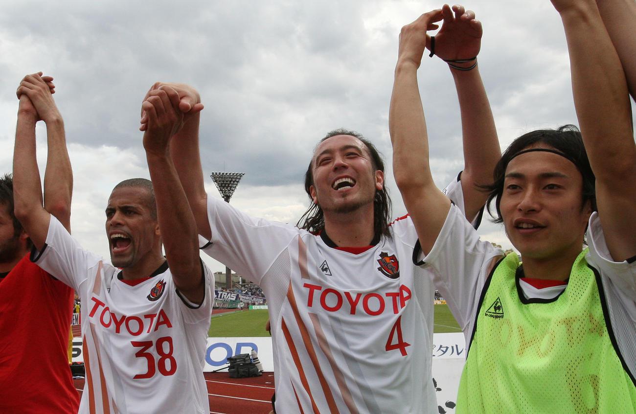 サポーターの前で勝利の雄叫びをあげる名古屋DF田中マルクス闘莉王(中央)。右はDF阿部翔平、左はDF三都主アレサンドロ(2010年4月10日)