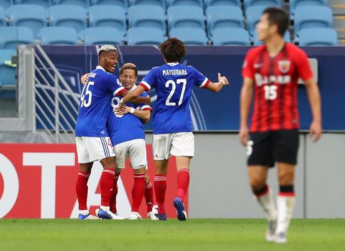 横浜大上海港前半ゴールを仲間と喜び横浜FWオナ義烏(左)(ロイター)