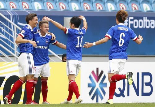 横浜対全北 前半、先制ゴールのティーラトン(左から2人目)を祝福する横浜イレブン(ゲッティ=共同)