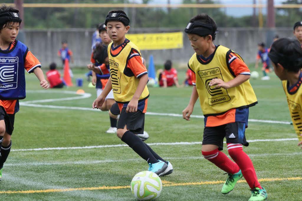 ヘッドガードをつけてプレーする子どもたち(クーバー・コーチング・ジャパン提供)