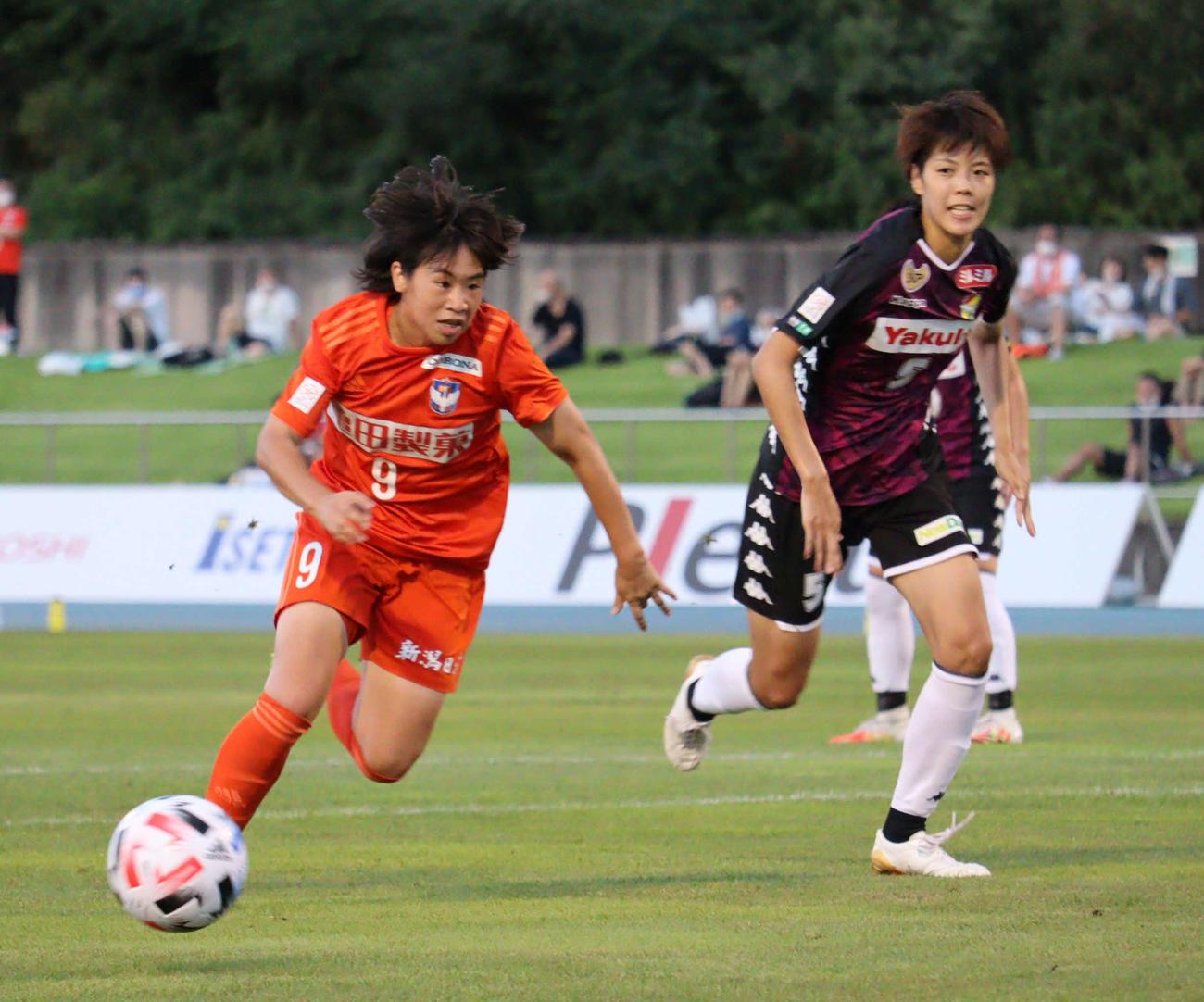 新潟L児野(左)は、3試合連続となるゴールを決める(20年8月22日撮影)
