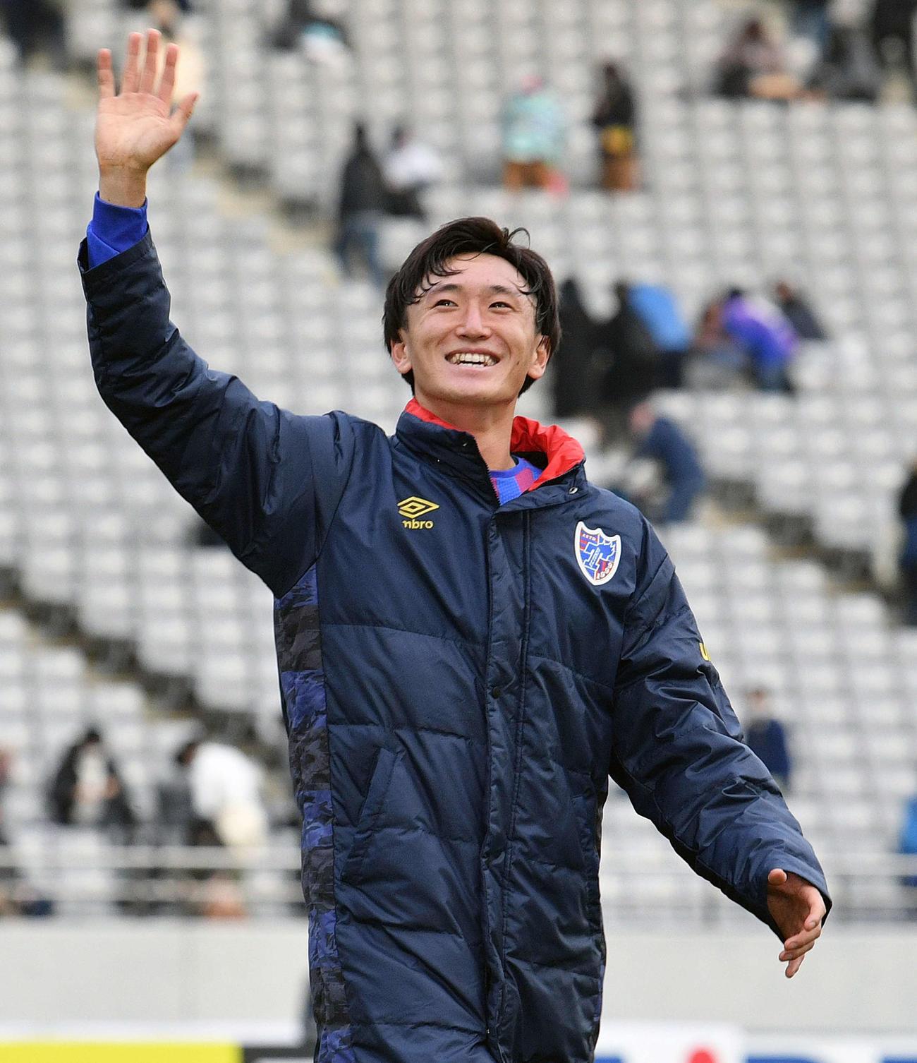 東京対広島 試合後、決勝のゴールを決めた東京DF中村帆高は笑顔でサポーターに手を振る(撮影・滝沢徹郎)